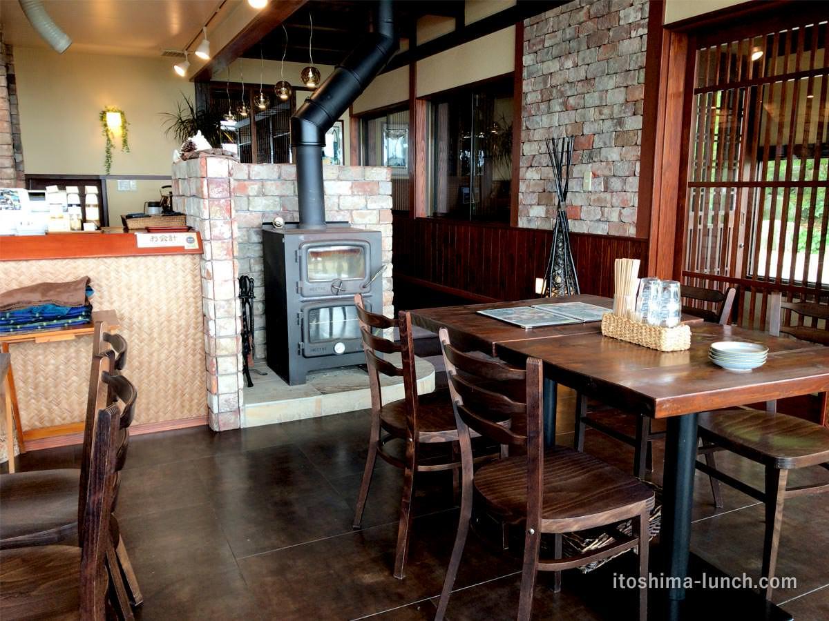 写真:福岡糸島 御飯屋おはな 店内の薪ストーブ